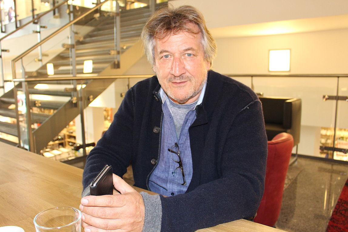 "Küchen Aktuell - Claus Küpers ""zwischen den Welten"" - moebelkultur.de"
